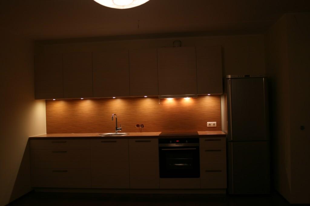 KÖÖGIMÖÖBEL      Klient - Eraklient    Materjalid - Uksed 16mm melamiin (Triibuline), karkass 16mm melamiin (Valge), tööpind ja pritsmesein laminaat. (3)