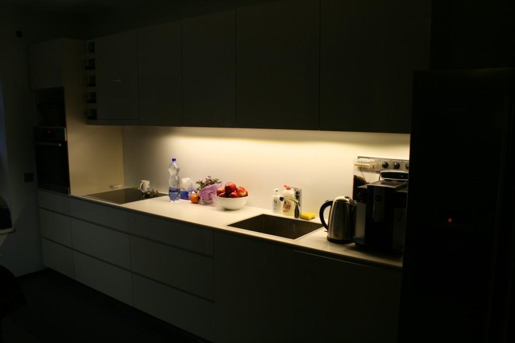 KÖÖGIMÖÖBEL      Klient - Eraklient    Materjalid - Uksed valge kõrgläige, Tööpind Storan´i plast.