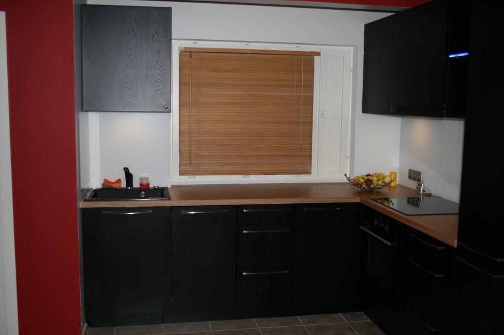 KÖÖGIMÖÖBEL      Klient - Eraklient    Materjalid - Uksed viimistletud tamme spoon, Karkass 16mm melamiin (Must), Tööpind 40mm laminaat (2)