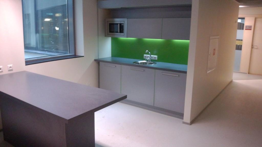 KÖÖGIMÖÖBEL      Klient - TÜ              Materjalid - Uksed ja karkass 16mm melamiin (Titaan), Tööpind ja pritsmesein laminaat. (2)