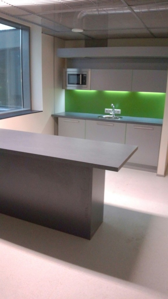 KÖÖGIMÖÖBEL      Klient - TÜ              Materjalid - Uksed ja karkass 16mm melamiin (Titaan), Tööpind ja pritsmesein laminaat. (3)