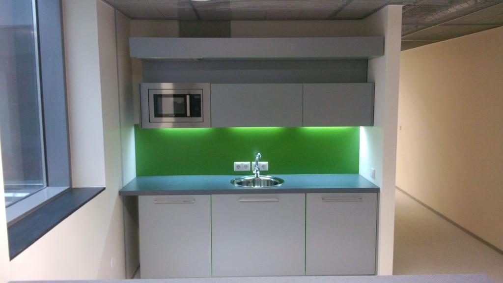 KÖÖGIMÖÖBEL      Klient - TÜ              Materjalid - Uksed ja karkass 16mm melamiin (Titaan), Tööpind ja pritsmesein laminaat. (4)
